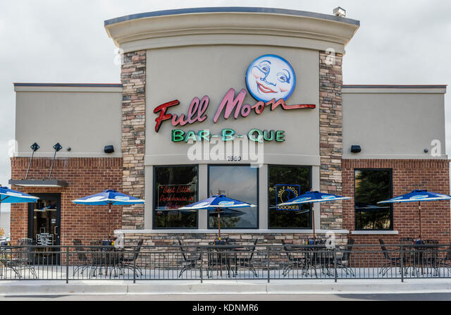Full Moon Bar-B-Que restaurant front with patio tables for outdoor dining. Montgomery, Alabama, USA. - Stock Image