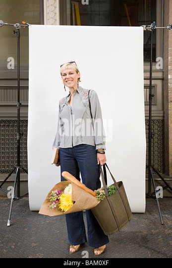 Woman in front of backdrop - Stock Image