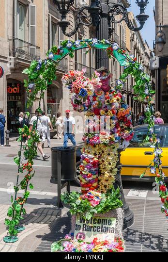 Human Statue with flowers, La Rambla, Ramblas, Barcelona - Stock Image