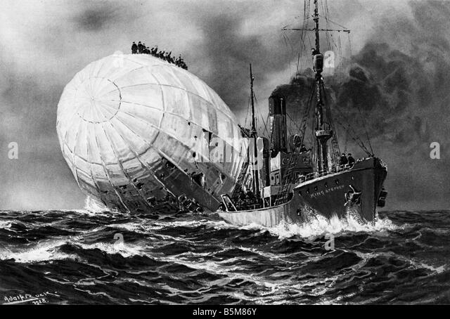 2 G55 B1 1917 WWI Crashed Airship L19 1917 History WWI Aerial Warfare The English Fish Steamer King Stephan refuses - Stock Image