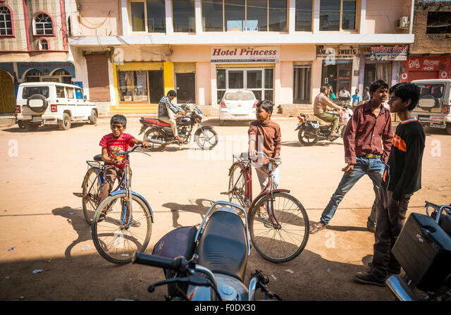 Young boys congregating on the main street of Khajuraho, Madhya Pradesh, India - Stock-Bilder