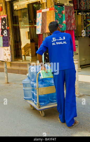Employee delivering bottled water Dubai - Stock Image