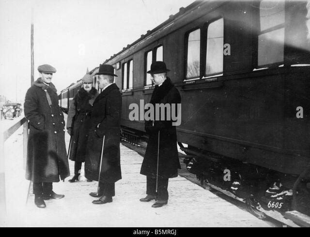 9 1917 12 15 A1 6 Czernin Kuehlmann and von Hoesch Photo World War 1 1914 18 Russian German armistice of Brest Litowsk - Stock-Bilder
