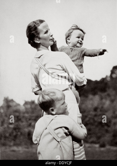 'A Happy Mother, a National Socialist Ideal', Germany, 1936. Artist: Unknown - Stock-Bilder