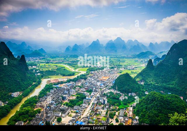 Xingping, Guangxi, China at Li River with karst mountain landscape. - Stock-Bilder
