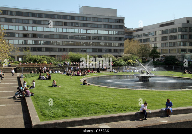 People having lunch at the gardens of St. Thomas Hospital by the Thames in London, UK - Stock Image