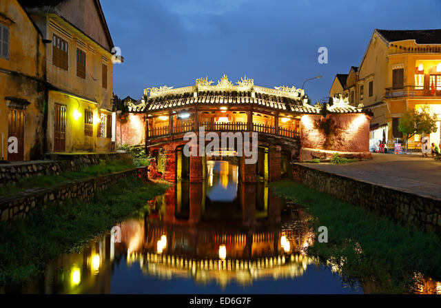 Japanese Covered Bridge reflected on canal, Hoi An, Vietnam - Stock-Bilder
