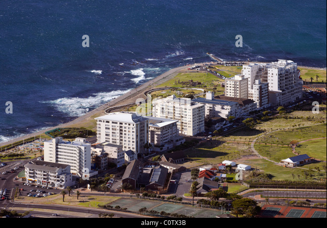 Apartment blocks by the Atlantic Ocean at Green Point, Cape Town, Western Cape, South Africa. - Stock Image