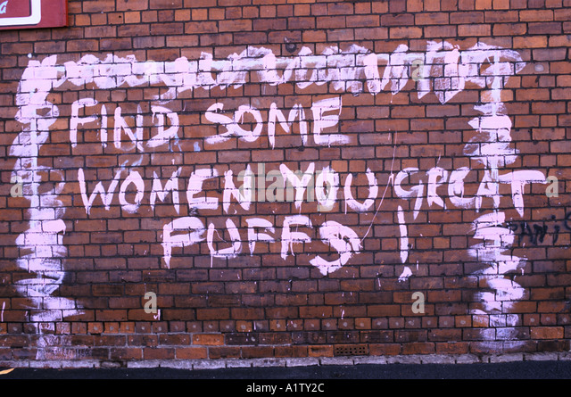 HOMOPHOBIC GRAFFITI ON BRICK WALL FIND SOME WOMEN YOU GREAT PUFFS HULL 1996 - Stock-Bilder