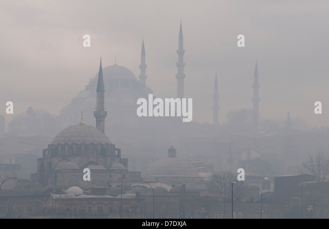 The Rustem Pasha Mosque and The Suleymaniye Mosque in the fog. - Stock Image