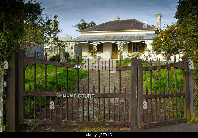 Hulme Court, built in 1843, Auckland's oldest home still standing on its original site at 350 Parnell Road, - Stock-Bilder
