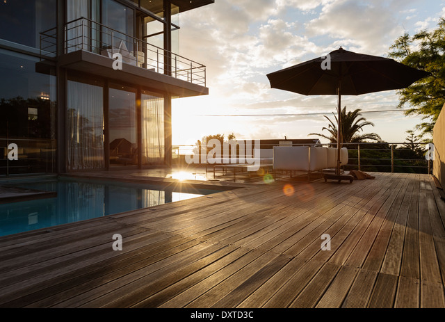 Sun behind luxury house with swimming pool - Stock-Bilder