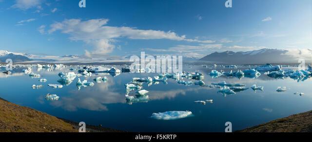 Icebergs in Jokulsarlon lagoon, beneath Breidamerkurjokull glacier, Sudhurland, Iceland. - Stock-Bilder