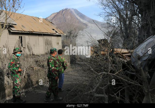 Karo, North Sumatra, Indonesia. 22nd May, 2016. Indonesia army search people at Gamber village after eruption of - Stock Image