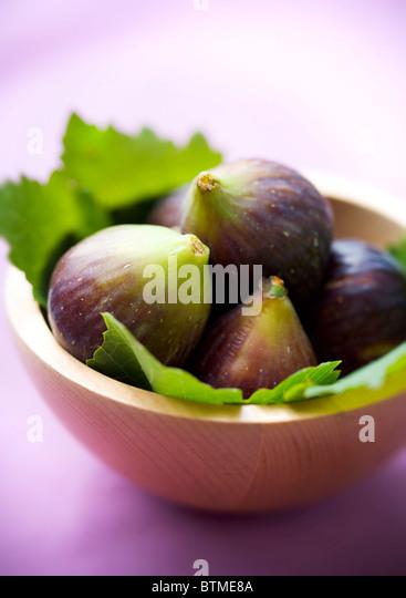 figs in a wooden bowl - Stock-Bilder