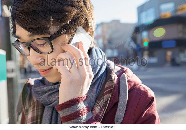 Young man talking on smart phone outdoors - Stock-Bilder