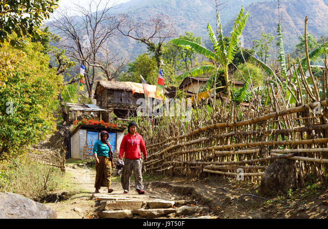 Locals walking on the trail near Bahundanda, Annapurna region, Nepal. - Stock-Bilder