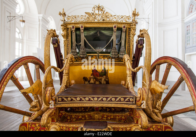 Italy. Old coach on luxury palace background. - Stock-Bilder