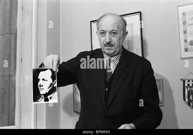 SIMON WIESENTHAL HOLD PHOTOGRAPH OF NAZI WAR CRIMINAL MARTIN BORMANN HOLOCAUST SURVIVOR 24 November 1975 VIENNA - Stock-Bilder