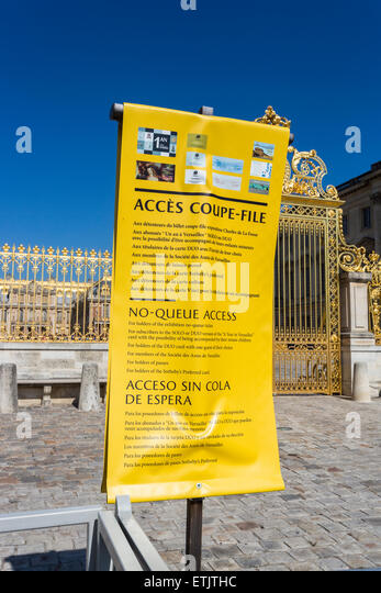 Misleading yellow 'No-Queue Access' banner at the Palace of Versailles (Chateau), Paris, France, for which - Stock Image