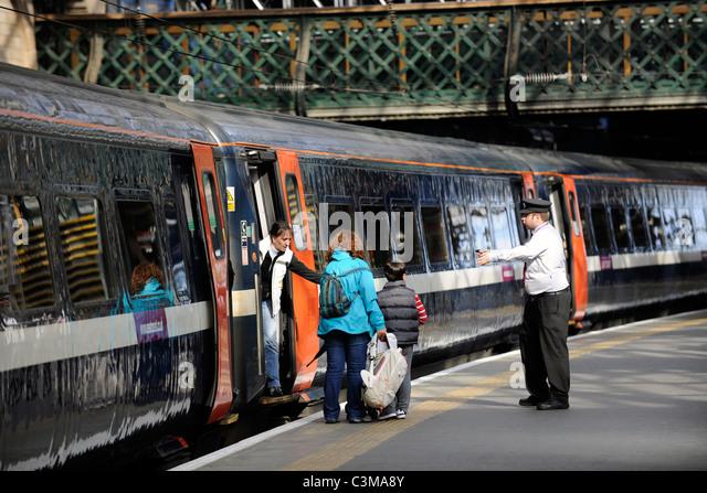 Boarding a train at, Edinburgh Waverly Station, Edinburgh, Scotland. - Stock-Bilder