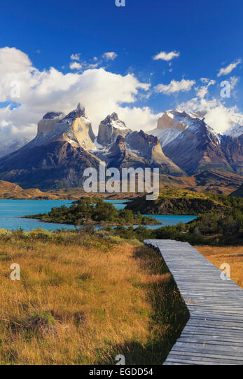 Chile, Patagonia, Torres del Paine National Park (UNESCO Site), Cuernos del Paine peaks and Lake Pehoe - Stock-Bilder