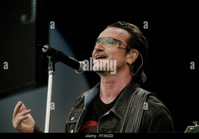 Live 8  at Hyde Park, London. 2 July 2005.U2, Bono - Stock Image