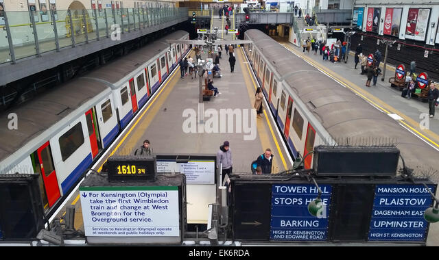 London, UK. 5 April 2015. Two eastbound District line trains at Earl's Court station. Credit : David Mbiyu/ - Stock Image