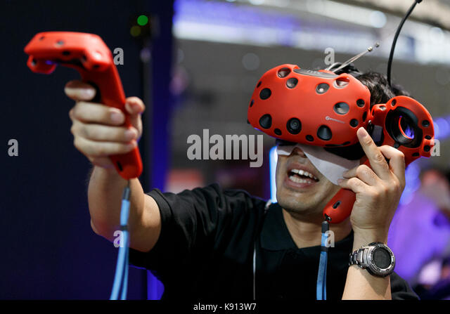 Chiba, Japan. 21st Sep, 2017. A man tests a virtual reality glasses at the Tokyo Game Show (TGS 2017) on September - Stock Image