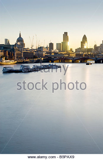 The River Thames and the city skyline at sunrise, London, UK. - Stock-Bilder