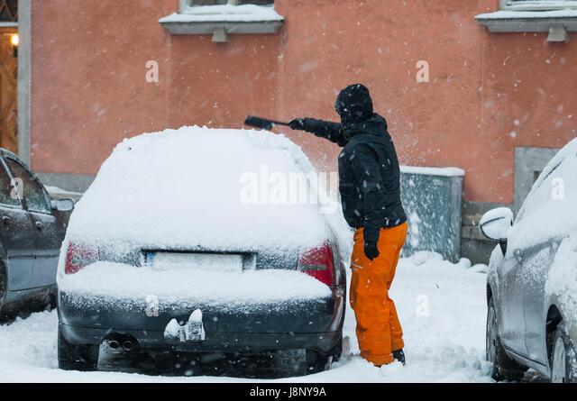 Man removing snow from car - Stock-Bilder