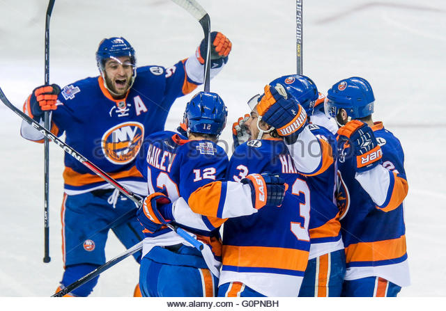 New York, USA. May 3, 2016: Islanders teammates celebrate goal during the Tampa Bay Lightning and New York Islanders - Stock-Bilder