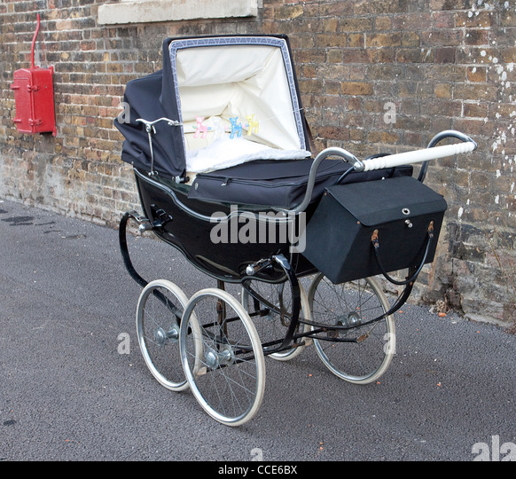 1940s salute to the 40s chatham dockyard uk Vintage Silver Cross Pram - Stock Image