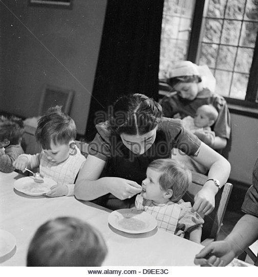 Nursery For Working Mothers- the work of Flint Green Road Nursery, Birmingham, 1942 D9069 - Stock-Bilder