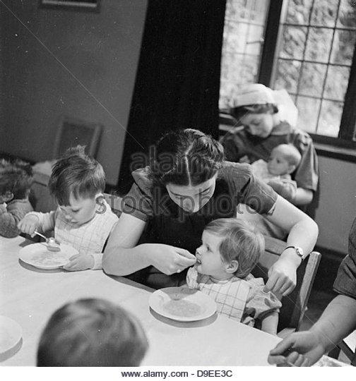 Nursery For Working Mothers- the work of Flint Green Road Nursery, Birmingham, 1942 D9069 - Stock Image