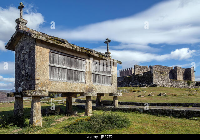 An old Granary (espigueiros) and castle above the village of Lindoso in the Parque Nacional da Peneda-Geres in northern - Stock Image