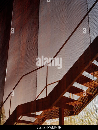 Detail of exterior staircase and mesh enclosure. Xeros House, Phoenix, United States. Architect: Blank Studio, 2006. - Stock-Bilder