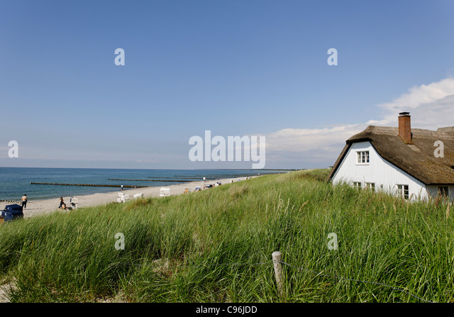 Thatched-roof house on the beach of Ahrenshoop, Fischland-Darss-Zingst peninsula, Baltic Sea, Germany - Stock Image