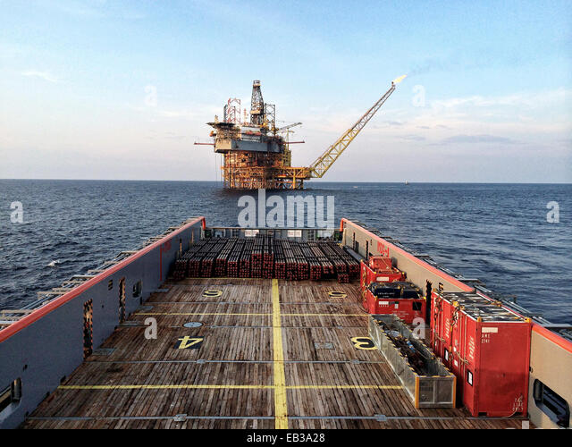 Oil platform seen from main deck of platform supply vessel - Stock-Bilder