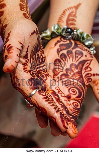 Woman shows henna tattoo on palm - India - Stock-Bilder