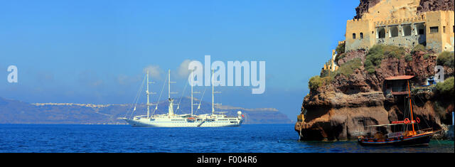 old port of Santorin and modern sailing yacht, Greece, Cyclades, Santorin - Stock Image