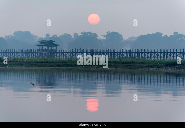 Sunrise over the U Bein Bridge - the longest teakwood footbridge in the world in Amarapura near Mandalay, Burma - Stock-Bilder
