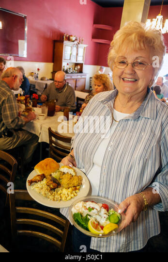 Alabama Tallasee Hotel Talisi buffet lunch woman senior guest Southern cuisine fried chicken salad restaurant dining - Stock Image