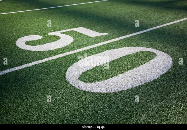 50 yard line marker in American Football stadium. - Stock-Bilder