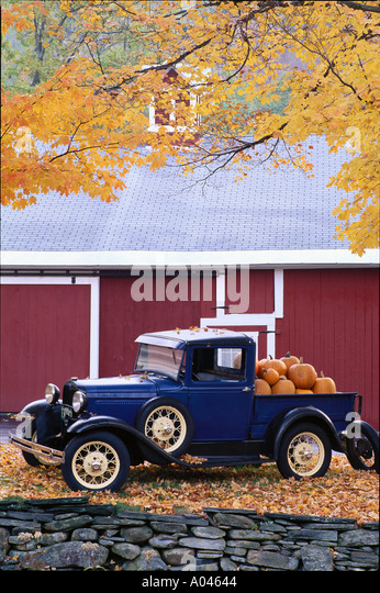 USA Vermont Antique truck loaded with pumpkins Autumn - Stock Image