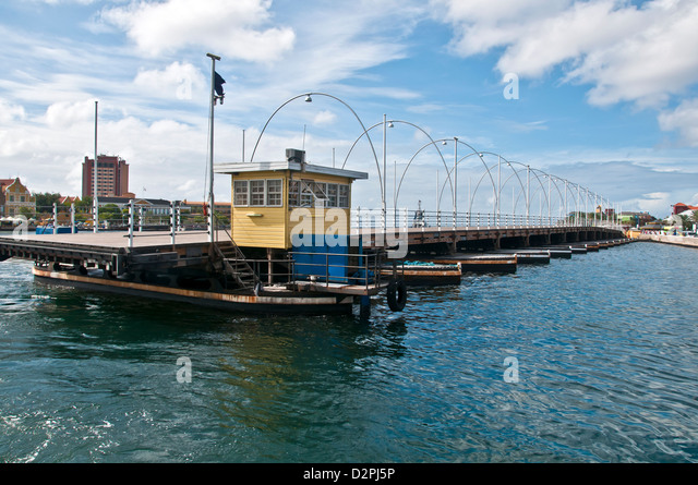 Queen Emma floating pontoon bridge being retracted due to ship traffic, Willemstad. Curacao - Stock Image