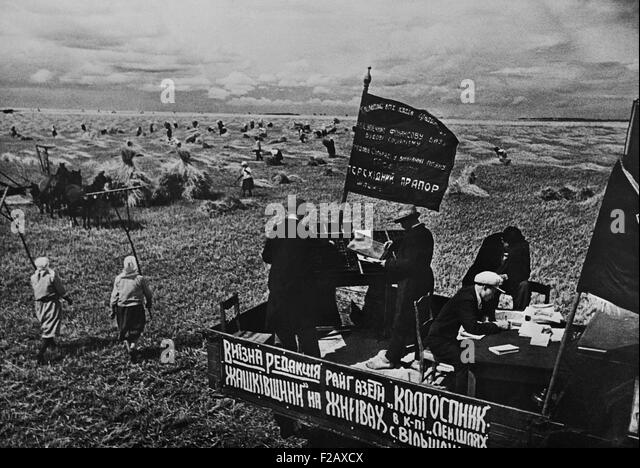 Setting the district newspaper, 'Collective Farmer' in the fields of a Soviet farm. Ca. 1935-40. Near Kiev, - Stock-Bilder