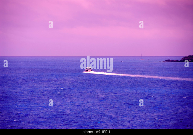 Bermuda sport fishing boat wake purple sky - Stock Image