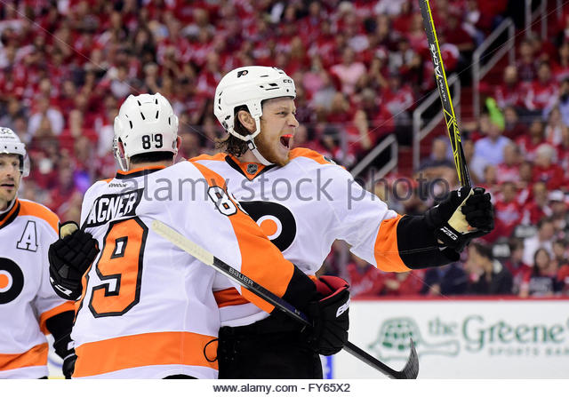 Washington DC, USA. Friday, April 22, 2016: Philadelphia Flyers center Ryan White (25) reacts to his goal during - Stock-Bilder