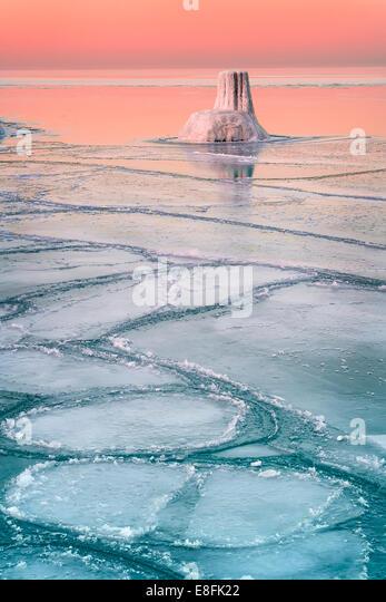 USA, Illinois, Cook County, Chicago, Wintery sunset at Lake Michigan - Stock Image